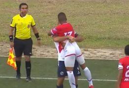 VEJA O VÍDEO: Em meio a briga, jogador dá seguidos beijos na boca do adversário