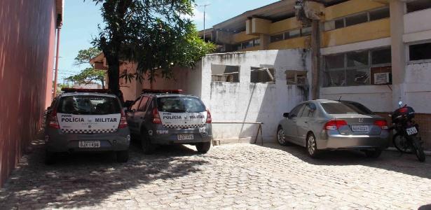 carros de policia parados em estacionamento da policia em natal 1514920366460 615x300 - Policial reformado é preso acusado de roubar celulares em falsa blitz
