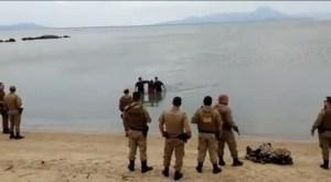 floripa 300x165 - VEJA VÍDEO: Homem foge da polícia, bate o carro e tenta escapar nadando