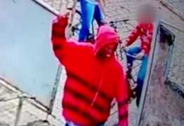 VEJA VÍDEO: Dupla assalta dentro de escola pública e esfaqueia aluno