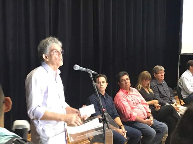 received 1713813195341506 - Ricardo Coutinho empossa mil professores e cita Che Guevara para destacar 'revolução' na educação