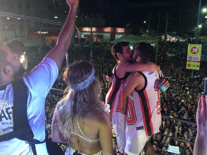 whatsapp image 2018 02 13 at 21.42.53 - Em cima do trio de Claudia Leitte, folião é pedido em casamento pelo namorado