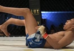 Lutador de MMA sofre fratura impressionante durante combate; VEJA VÍDEO