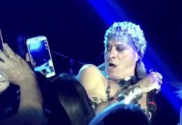 VEJA VÍDEO: Ney Matogrosso dá bronca em fã durante show: 'não me puxa, p..'