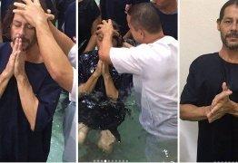 Theo Becker é batizado em igreja evangélica: 'Meu vazio se transformou em força'