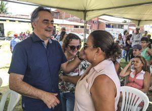 10 03 18 Título de posse foto Flavio Asevedo02 300x218 - Prefeitura de João Pessoa entrega títulos de posse a 79 famílias da Comunidade Vila Mangueira