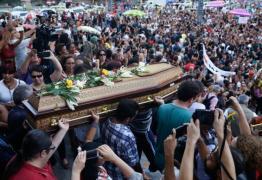 Sob aplausos e protestos, corpo da vereadora Marielle é sepultado no Rio