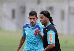 Ex-volante do Flamengo é baleado em assalto no RS