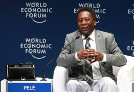 Com andador, Pelé recebe prêmio no Fórum Econômico Mundial