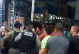 CONFUSÃO: Vendedores ambulantes e policiais brigam no Centro de João Pessoa; veja vídeo