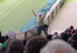 Vídeo de torcedor 'cadeirante' se levantando viraliza na web; VEJA