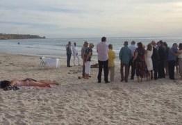 Banhista se recusa a abandonar local em praia durante casamento