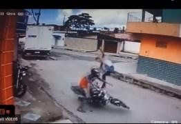 """VEJA VÍDEO: Rapaz percebe arma de brinquedo e dá """"voadora"""" em assaltante"""