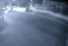 VÍDEO: Câmeras flagram colisão entre motociclista e táxi em João Pessoa
