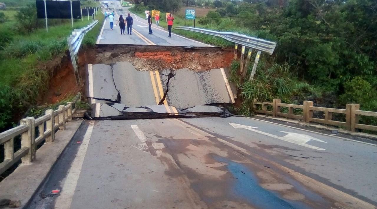 caiponte - Forte chuva derruba ponte e interdita trânsito em rodovia