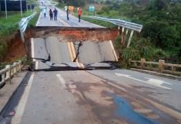 Forte chuva derruba ponte e interdita trânsito em rodovia