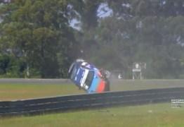 VEJA VÍDEO: carro capota dez vezes em acidente impressionante na Copa Porsche