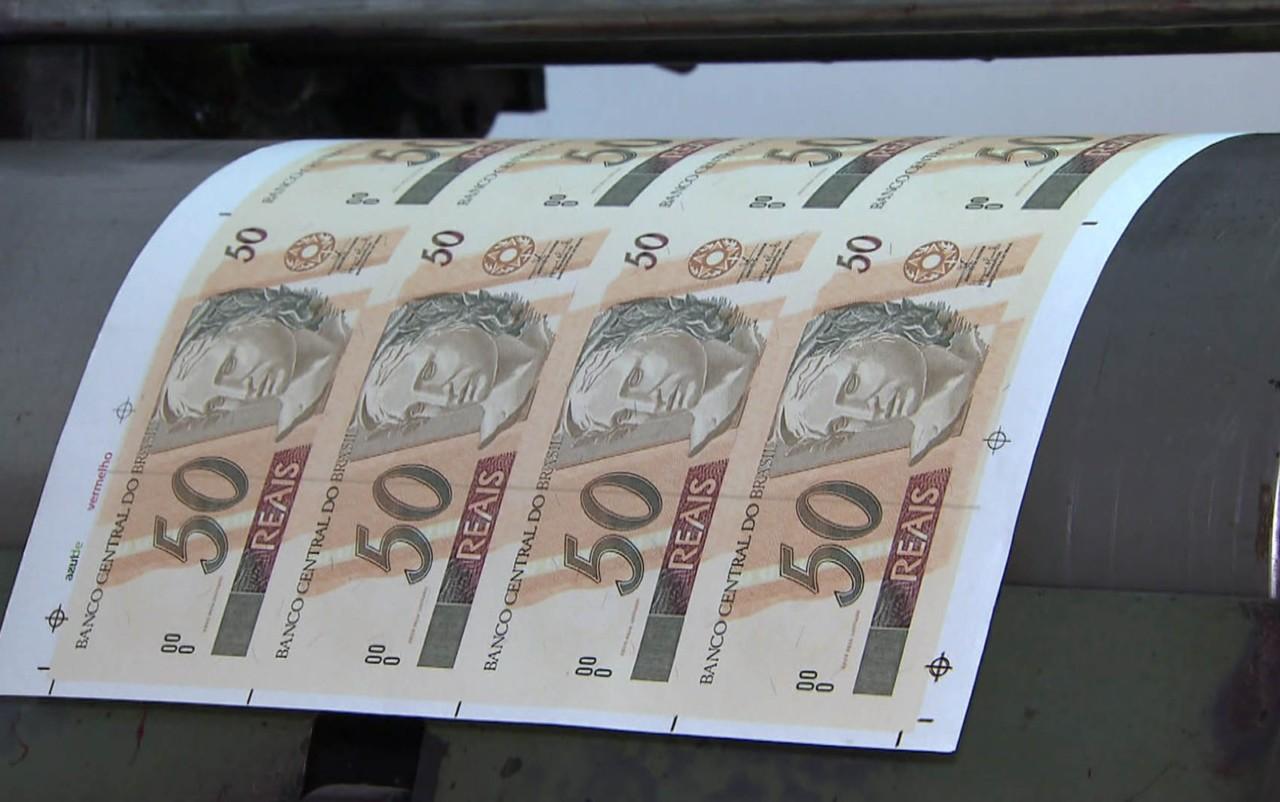 dinheiro2 - Polícia descobre 'fábrica' de dinheiro em casa e prende 2