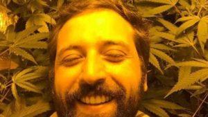 gregório duvivier 300x169 - Feliz, Gregório Duvivier comemora 'colheitas espetaculares' de maconha