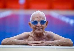 Homem de 99 anos nada 50m em menos de um minuto