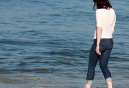 VEJA FOTOS: No Brasil, Lana Del Rey passeia na praia do Leblon