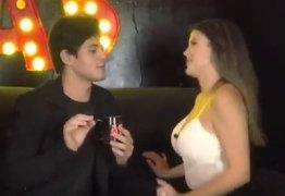 Lucas Veloso pede namorada em casamento