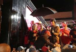 VEJA O VÍDEO: Palanque de Lula é atingido por ovadas durante caravana em Santa Catarina