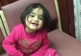 Menina de 2 anos morre após espelho de sapataria cair em cima dela
