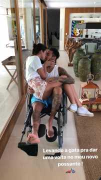 naom 5a996cdc07b97 - Neymar põe Marquezine no colo para 'passeio' em cadeira de rodas