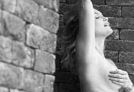 Flávia Alessandra posa completamente nua para projeto fotográfico – veja fotos