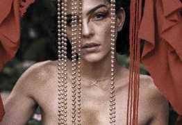 Julia Konrad posa com seios nus: 'A revolução começou'