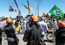 Polícia usa gás lacrimogêneo para dispersar manifestantes anti-Lula