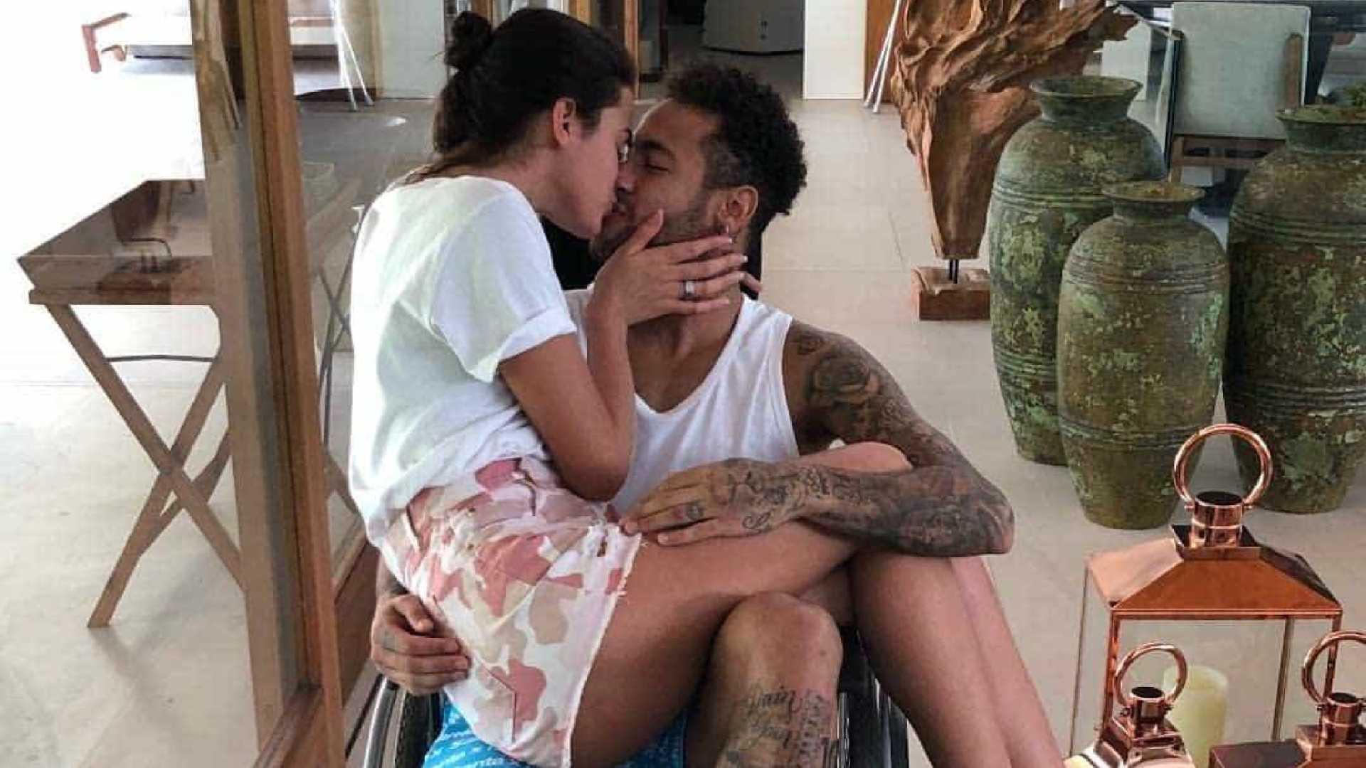 neymar cadeira de rodas bruna marquezine - Neymar põe Marquezine no colo para 'passeio' em cadeira de rodas