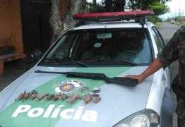 Polícia prende homem acusado de matar e vender carne de passarinhos como espetinho de frango