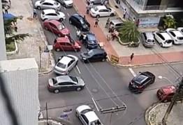 VEJA VÍDEO: Motoristas do Uber fecham Av. João Câncio para pedir redução de taxas