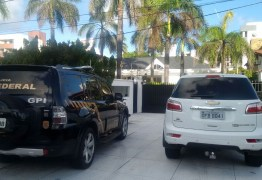 Polícia Federal na casa de Roberto Santiago cumprindo mandados da operação Xeque-Mate