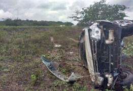 FORTES CHUVAS: Carro de deputado paraibano capota três vezes na BR-230, ele e ocupantes são levados as pressas para hospital – VEJA FOTOS