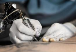 Tatuagem alerta sobre maior risco de alguns tipos de câncer, como de mama, pulmão e cólon
