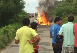 DOIS MORTOS: Carro pega fogo após colidir com moto em rodovia de Cajazeiras; VEJA VÍDEO
