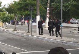 TENSÃO E MEDO: Veja o momento em que os bandidos se entregaram à polícia durante assalto com reféns em Campina Grande – VEJA VÍDEO