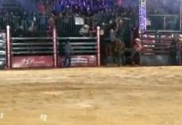 CHUTES E CHICOTADAS: Cavalo é agredido durante prova de rodeio; VEJA VÍDEO