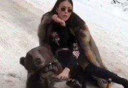 VEJA VÍDEO: Mulher posa na neve com urso 'embriagado' e provoca revolta na web
