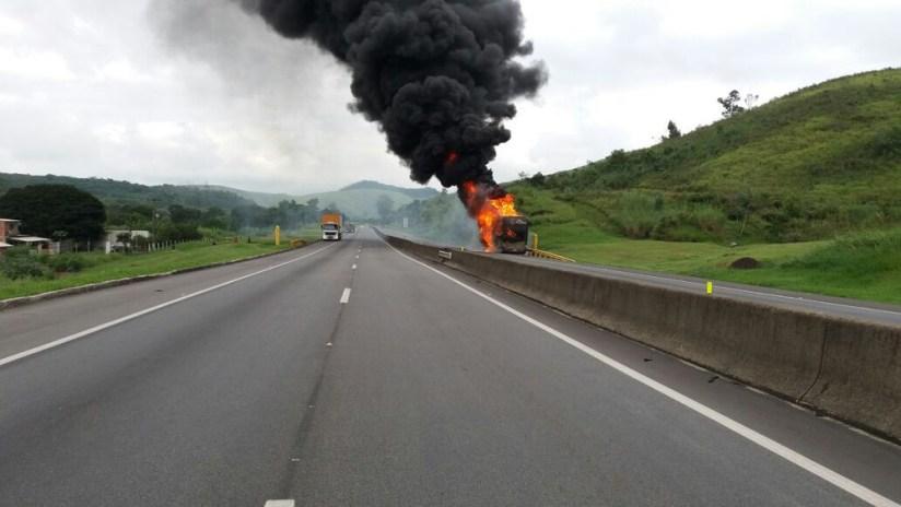 fogo onibus dutra itatiaia prf 2 - Ônibus do cantor sertanejo Léo Magalhães pega fogo em rodovia no Rio de Janeiro