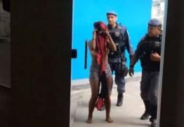 Mãe é presa após sair e deixar filhos trancados em casa por mais de 24h