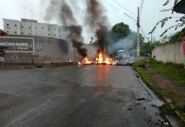 Moradores do bairro de Gramame fecham ruas em protesto por falta de transporte público