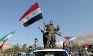 soldados população síria comemoração 300x179 - População da Síria vai as ruas comemorar resistência do exército contra ataques norte-americanos