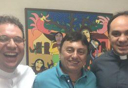 GUERRA DE BATINAS – Radialista denuncia que Padre Nilson teria impedido TV Arapuan de transmitir Missa fenômeno em São Mamede -VEJA VÍDEO