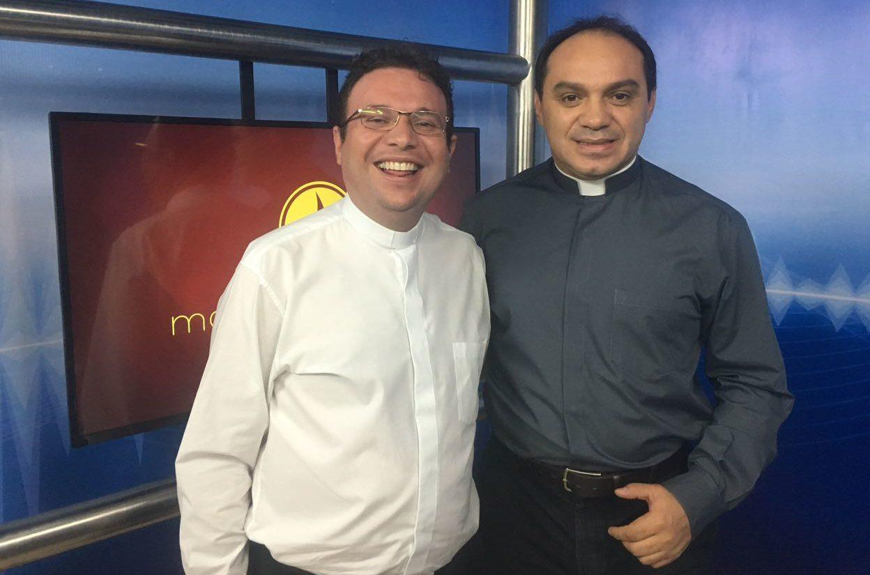6bf2da53 b264 445c 90ce f69341cc7b1a e1525360578489 - GUERRA DE BATINAS - Radialista denuncia que Padre Nilson teria impedido TV Arapuan de transmitir Missa fenômeno em São Mamede -VEJA VÍDEO