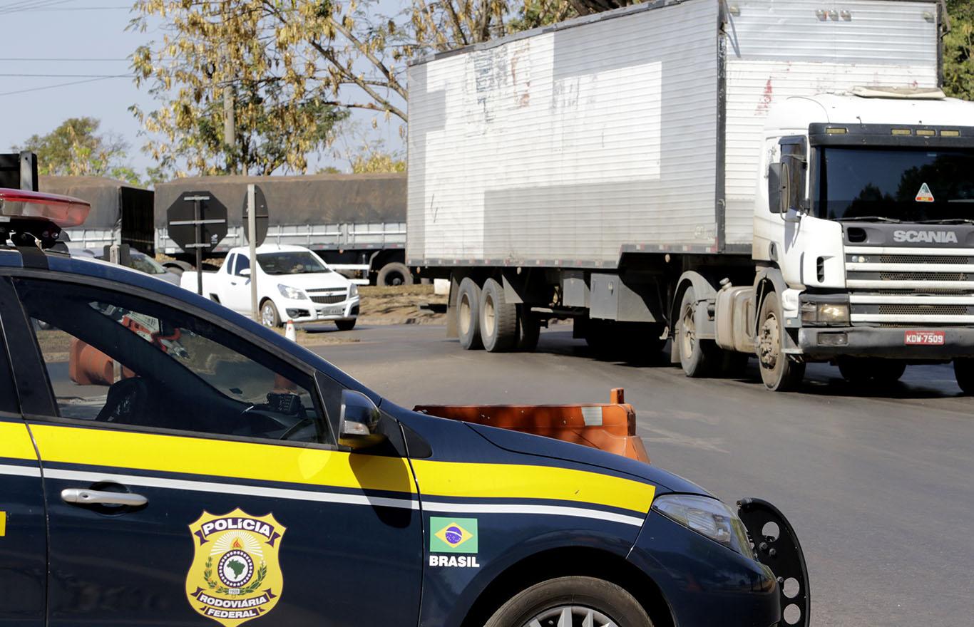 PRF Policia Rodoviaria Fedreal bafometro lei seca 6 20 - Motociclista morre ao bater em caminhão parado em bloqueio