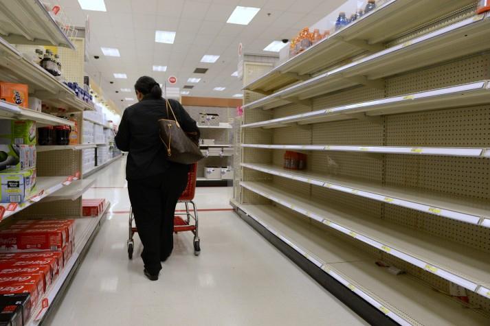 escassez supermercado prateleira vazia agencia lusa 4595 - Por falta de reposição, supermercados de João Pessoa têm prateleiras vazias